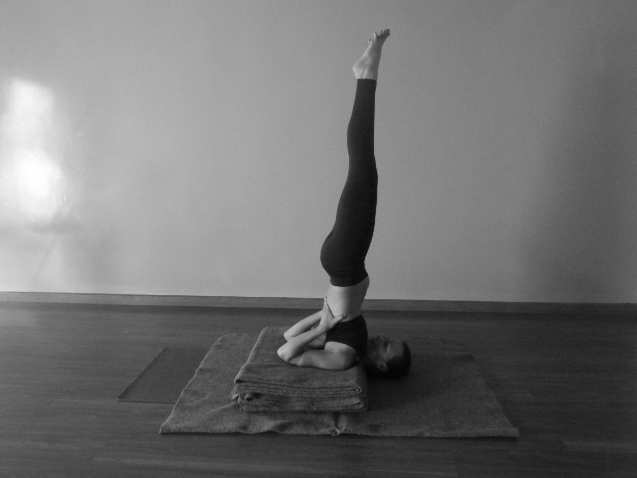Postura com o corpo invertido em cima dos ombros